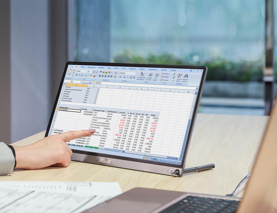 ZenScreen MB16ACE besitzt eine spezielle Öffnung, in die ein Stift eingesetzt werden kann, um den Monitor aufzustellen und zu fixieren